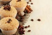 Pasteles sabrosos panecillos en arpillera, café y especias, semillas, sobre fondo beige — Foto de Stock