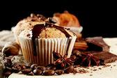 Muffin smaczne ciasta z czekoladą, przyprawy i nasion kawy, z bliska — Zdjęcie stockowe