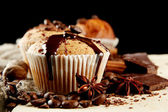 Tasty muffin cakes with chocolate, spices and coffee seeds, close up — Stockfoto