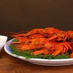 与小茴香棕色背景上桌上美味水煮小龙虾 — 图库照片