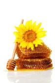 Słodki plastrów z miodem, drewniane drizzler i słonecznik, na białym tle na whi — Zdjęcie stockowe