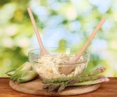 Plaque avec salade de chou, les asperges et les chicons sur table en bois sur backg naturel — Photo