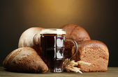 Tankard of kvass and rye breads with ears — Stock Photo