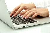 Kvinnliga händer skriver om laptot, närbild — Stockfoto