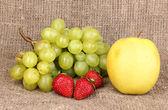 Reife süße früchte und beeren auf sackleinen — Stockfoto