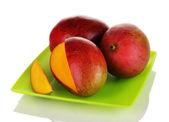 Dojrzałe mango apetyczny na zielony talerz na białym tle — Zdjęcie stockowe