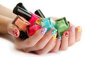 Frau hände mit nagellacken isoliert auf weiss — Stockfoto