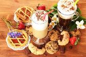 Okulary kawa koktajl na drewniany stół słodki i kwiaty — Zdjęcie stockowe