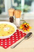 Geurige soep in witte plaat op tafel op venster achtergrond close-up — Stockfoto