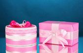 蓝色背景上的多彩粉色礼品 — 图库照片