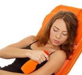 Schöne mädchen in lounge mit sonnencreme creme isoliert auf weiss — Stockfoto