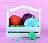 вязание шары в коробке на цвет фона — Стоковое фото