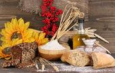Roggebrood op houten tafel op houten achtergrond — Stockfoto