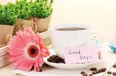 чашка кофе и герберы фасоль, корицы палочки на деревянный стол — Стоковое фото