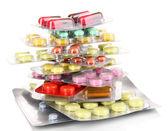 Cápsulas y píldoras embalan en ampollas aisladas en primer plano blanco — Foto de Stock
