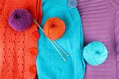 Kolorowe wełniane swetry i kulki z wełny z bliska — Zdjęcie stockowe