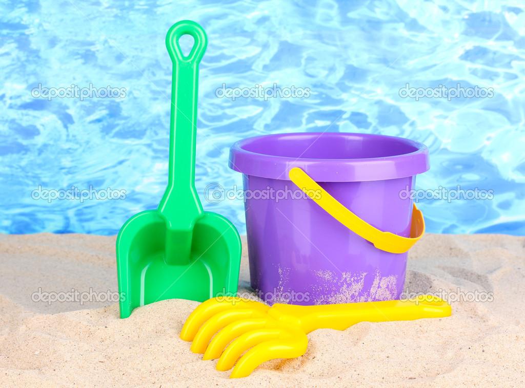 Juguetes de playa para ni os en la arena en el fondo del for Arena de playa precio