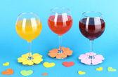 Kleurrijke cocktails met heldere decor voor bril op blauwe achtergrond — Stockfoto