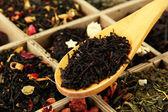 Surtido de té seco en caja de madera, cerrar — Foto de Stock