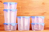 Kunststoffbehälter für lebensmittel auf hölzernen hintergrund — Stockfoto