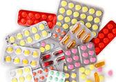 錠剤とカプセル白いクローズ アップに分離した水疱で梱包 — ストック写真