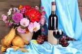 Prachtige herfst stilleven met fruit en wijn — Stockfoto