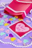 Bella composición de san valentín de papel y las decoraciones en púrpura centrico — Foto de Stock