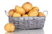 Rijp aardappelen op de mand geïsoleerd op wit — Stockfoto