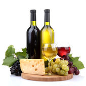 Bottiglie e bicchieri di vino, assortimento di uva e formaggio isolato su wh — Foto Stock