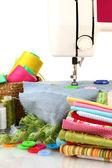 Máquina de costura e tecido isolado no branco — Foto Stock