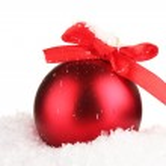 beau Noël boule rouge sur la neige, isolé sur blanc — Photo