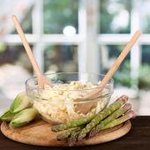 Plaque avec salade de chou, les asperges et les chicons sur table en bois sur le fond de la fenêtre — Photo