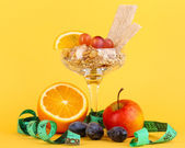 Lungs muesli in vase for desserts with fruit on yellow background — Zdjęcie stockowe