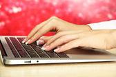 在 laptot 上写的女性手关门 — 图库照片