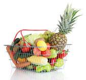 Légumes frais et fruits en panier métallique isolé sur blanc — Photo