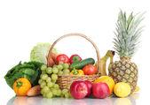 Composição com legumes e frutas na cesta de vime isolado no branco — Foto Stock