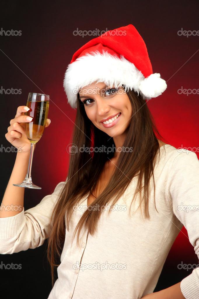 Belle jeune femme avec une coupe de champagne sur fond - Boire une coupe de champagne enceinte ...