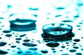 Lente de contacto con gotas sobre fondo azul — Foto de Stock