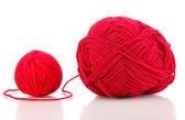 красный вязание пряжа изолированные на белом — Стоковое фото