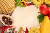 食谱、 意粉用蔬菜和香料,关于解雇背景用纸 — 图库照片