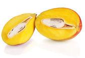 Maduro apetitosa mango aislado en blanco — Foto de Stock