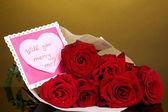 Krásnou kytici rudých růží s valentine na žlutém podkladu — Stock fotografie