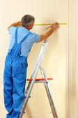 Constructor de pared en primer plano de la sala de medición — Foto de Stock