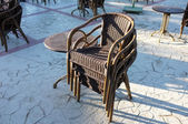Table and four chairs standing outdoors — 图库照片