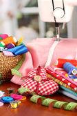 швейная машина и ткань на ярком фоне — Стоковое фото