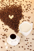 Чашечку крепкого кофе и сливки на деревянный стол макро — Стоковое фото