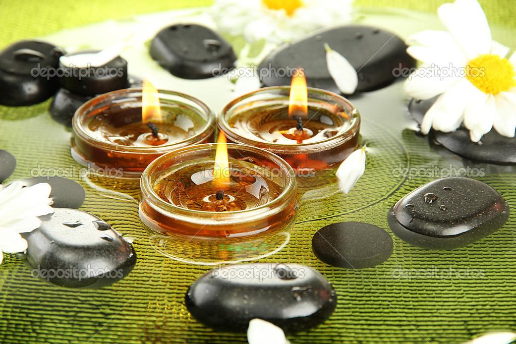 Piedras spa con flores y velas en el agua en la placa foto de stock belchonock 14316865 - Velas de agua ...
