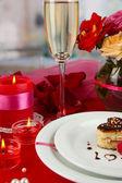 Um anel de casamento em vidro como um presente na mesa de celebração em homenagem ao dia dos namorados no fundo da sala — Fotografia Stock