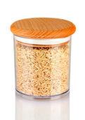 Hnědá rýže v jar na bílém pozadí — Stock fotografie