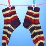 par de medias de rayas punto colgar para secar sobre fondo azul — Foto de Stock